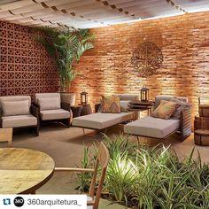 #Repost @360arquitetura_ with @repostapp. ・・・ INSPIRAÇÃO | Textura rústica, elementos vazados e vegetação criaram um ambiente aconchegante e intimista -  Lounge Resort por Silvana Monte e Alessandra Gusmão - Casa Cor Brasília 2015.