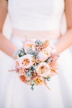 bouquet con rose juliet e cineraria marittima
