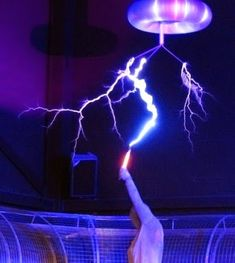How To Build A Tesla Coil - creating your own Tesla home energy device can be a great project for your kids if they want to use it as a project at a school science fair, or just have something fun to bring the family together. Mad Science, Weird Science, Physical Science, Science For Kids, Science Activities, Science Experiments, Science And Nature, Activities For Kids, Elementary Science