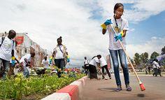 """O Dia Internacional do Voluntário tem sido observado todos os anos em 5 de dezembro desde 1986, após uma resolução ter sido aprovada pela Assembleia Geral. Para celebrar o poder do voluntariado, o secretário-geral das Nações Unidas, Ban Ki-moon, afirmou que a ação """"promove a criatividade e nos conecta com as pessoas que mais precisam""""."""