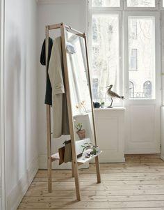 Push är en elegant och smart möbel, yteffektiv med spännande detaljer. Denna hallmöbel är en spegel, klädhängare, förvaring och display, allt på samma plats. Push är formgiven av Stine Hedelund för Skagerak och tillverkad i massiv ek och spegelglas.