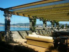 Terraza acristalada con cortinas de cristal sin perfiles verticales