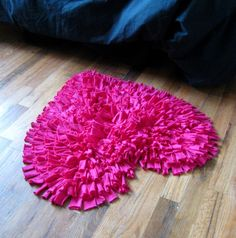 Hot Pink Heart I'm on a rag rug kick! Fun Crafts, Diy And Crafts, Arts And Crafts, Pink Love, Hot Pink, Sewing Projects, Craft Projects, Tout Rose, Little Presents
