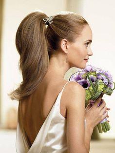 Νυφικά χτενίσματα με αλογοουρά – κοτσίδα  Μια ακόμη υπέροχη ιδέα για το πως να χτενίσεις τα μαλλιά στο γάμο σου είναι η αλογοουρά. Μια κομψή μακριά αλογοουρά σε ίσια μαλλιά ή σε ανάλαφρες μπούκλες μπορεί να συνδυαστεί υπέροχα με ένα κομψό, ρομαντικό ή πριγκιπικό νυφικό φόρεμα. Τα νυφικά χτενίσματα με αλογοουρά – κοτσίδα μπορούν να σταθούν από μόνα τους ή να διακοσμηθούν με υπέροχα αξεσουάρ μαλλιών. Επικοινωνήστε μαζί μας για να κλείσουμε ραντεβού για Δοκιμαστικό- Πρόβα!
