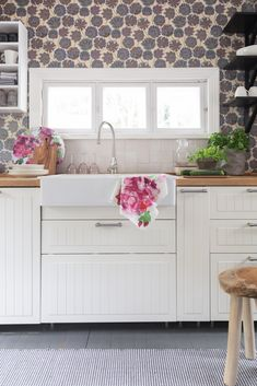 Pelargonia Kitchen Textiles| Pentik Summer 2019 | Designer Lasse Kovanen got inspired with traditional geranium flower and immersed it in our summer textiles.