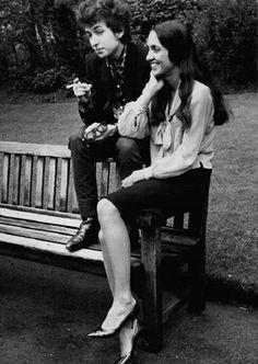 Coisas do Amor  Bob Dylan e Joan Baez fotografados em agosto de 1963 por David Gahr. Os dois terminaram o namoro no final daquele ano, mas continuaram amigos e fizeram juntos várias turnês e gravações em estúdio. Joan Baez já era conhecida do público em 1962, quando Bob Dylan lançou o primeiro disco. Segundo os biógrafos, ela foi fundamental para promover a carreira e as canções de Bob Dylan desde o início da década de 1960.