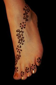 henna designs for feet for beginners . Hena Designs, Mehndi Designs Feet, Simple Mehndi Designs, Henna Tattoo Designs, Tattoo Ideas, Anklet Tattoos, Foot Tattoos, Henna Tattoos, Waist Tattoos