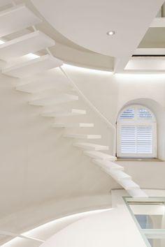 Hou je van minimalistische elegantie? De exclusieve wallclimber white flat in Corian® spreekt helemaal tot de verbeelding. Met zijn vederlichte treden van amper 44 mm wordt deze zwevende trap één met het interieur.