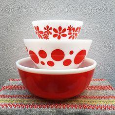 Image may contain: indoor Vintage Bowls, Vintage Kitchenware, Vintage Dishes, Vintage Glassware, Vintage Ceramic, Vintage Pyrex, Pyrex Display, Pyrex Bowls, Glass Kitchen