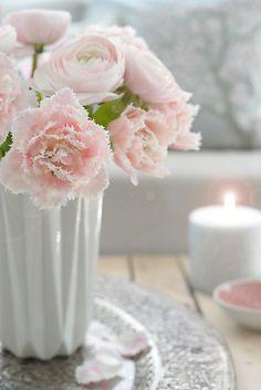 tulpen und ranunceln wunderschön-gemacht: frühlingsrosa-grau