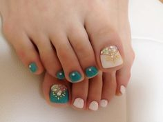 Cute mix and match turquoise and white toe polish