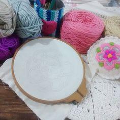 Domingo para estar en casa...Crochet... Bordado... Un rato cada uno! #holamediopunto #crochet #yarnlove #knittinglove #knittersofinstagram #crochetersofinstagram #crochetmade #embroidery #bordado #homedecor #handmade by holamediopunto
