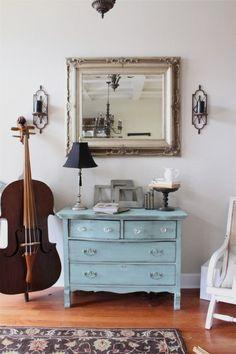 Un violonchelo decora esta estancia de estilo clásico.