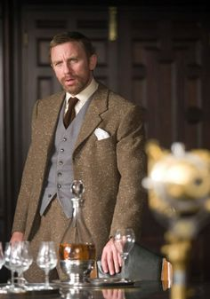 Daniel Craig in The Golden Compass. A very nice suit, I particularly like the contrasting waistcoat. Daniel Craig, Sharp Dressed Man, Well Dressed, Style Costume Homme, The Golden Compass, How To Look Rich, Tweed Suits, Rachel Weisz, James Bond