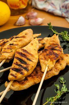 Kipspiezen met citroen-honingmarinade - Super makkelijke citroen-honingmarinade voor mals en sappig vlees. Vol van smaak door knoflook en tijm.