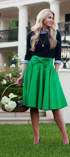 Image via  Casual green and white outfit with brown and gold accessories. Perfect for a lunch or dinner outside in warmer weather.Beautiful green outfits for women.   Image via  Green &