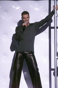 More of Ricky Martin pretending to be straight. | 29 Things You May Have Forgotten About The 1999 GrammyAwards