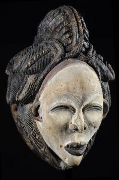 Dans les grandes régions de la vallée de laNgouniéet de laNyanga, Sud et centre Sud duGabon, les cérémonies funéraires étaient l'occasion de la sortie des masques blancs ditsOkuyi,Mukuyi ou Mukudjiselon les endroits.