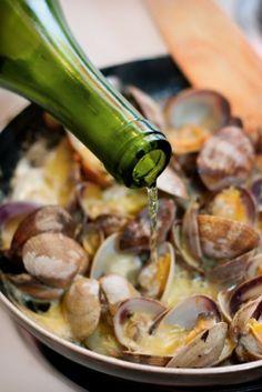 ALMEJAS SABROSAS -   Saltear un poco de ajo picado, añadir a la sartén , almejas frescas ( que estén cerradas ¡ojo!), y un buen chorro de vino blanco, tapar. A los 5 ó 7 m, observar si se han abierto todas las almejas ( desechar las que no lo hicieron), y salpimentar . Es importante no pasarse en la cocción, porque se ponen gomosas . Ahora servir y... a disfrutar !!!