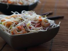 Vermicelli di riso con verdure e gamberetti,un piatto perfetto se avete voglia di assaggiare qualcosa di diverso dal solito,è comunque facile da realizzare.