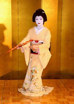 Geiko Toshimana dancing