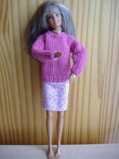 Dans ma lancée, j'ai continué la garde robe de Barbie Bonjour et bienvenue, J'avais vu un modèle de petit pull à col rond qui me plaisait, je l'ai donc tricoté ... quand j'ai retrouvé mes aiguilles au grenier.... eh!! oui elles s'étaient cachées dans... Barbie Dolls Diy, Diy Barbie Clothes, Barbie And Ken, Barbie Dress, Diy Doll, I Dress, Doll Clothes, Knitting Patterns Free, Free Knitting
