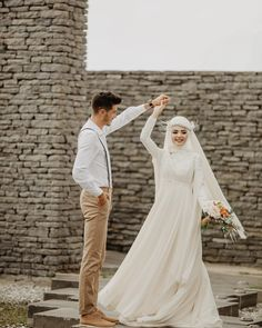 Görüntünün olası içeriği: 2 kişi, ayakta duran ins Muslim Wedding Gown, Hijabi Wedding, Muslimah Wedding Dress, Bridal Hijab, Muslim Wedding Dresses, Wedding Gowns, Wedding Couple Poses Photography, Foto Wedding, Romantic Wedding Photos