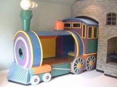 Colorido cama tren en el cuarto de su niño, su hijo soñara conduciendo durante el sueño.