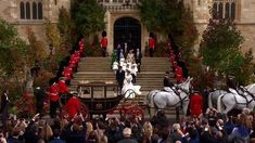 The carriage is pulled by four Windsor Grey horses: Plymouth, Milford Haven, Tyrone and Storm, with two outriders, Claudia and Sir Basil. Duke And Duchess, Duchess Of Cambridge, Princesa Eugenie, Milford Haven, Jack Brooksbank, Eugenie Of York, Duke Of York, Windsor Castle, Saint George