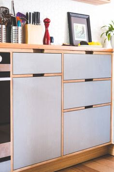 no handles, plywood face frame kitchen Wooden Kitchen Cabinets, Plywood Kitchen, Plywood Cabinets, Kitchen Cupboard Doors, Kitchen Cabinet Handles, Kitchen Units, Kitchen Shelves, Kitchen Reno, Kitchen Dinning Room