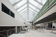 Wat een tegenstelling op de bouwplaats! Je ziet de sneeuw op de net geplaatste VELUX modulaire lichtstraat liggen en binnen is het zo aangenaam dat de schilder zijn jas niet eens aan hoeft! Kom meer te weten op www.modulairelichtstraten.velux.nl