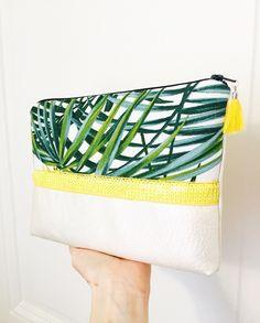 Maxi Pochette tropicale en simili cuir nacré, sequins jaune, tissu feuilles vertes : Sacs à main par marie-besancon