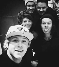 My baby is the selfie expert while Harry is making those adorable faces again. Zayn n Louis have an utterly cute smile. Then there's Liam, he's absolutely *purrrfect* ❤