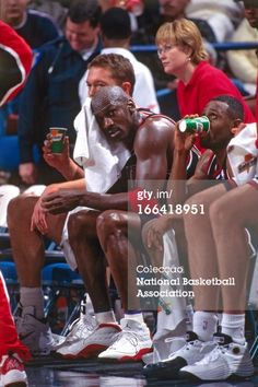 Fotografia de notícias : Michael Jordan of the Chicago Bulls sits on the...