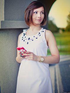 Biała trapezowa sukienka z kryształkami Swarovskiego - Stylizacje - Burda.pl - szycie i wykroje!