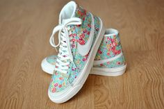 Shoes shows flowers cute nike shoes nike floral nike sneakers flowers nike flowery blue white sneakers Nike Floral, Floral Nikes, Pink Nikes, Nike Outfits, Work Outfits, Summer Outfits, Carrie Bradshaw, Cute Sneakers, Sneakers Nike
