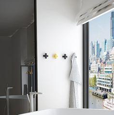 No 26 Wieszak na ręcznik to doskonałe wykończenie Twojej łazienki. Jest niewielki i ładnie się prezentuje - zwłaszcza w towarzystwie innych wieszaków. Możesz je także wykorzystać do holu jako wieszaki na kurtki i inne okrycia. Wieszak w całości jest wykonany ręcznie z dbałością o każdy detal.   Każdy element obrabiany jest ręcznie a następnie malowany proszkowo, co gwarantuje jego jakość. Wieszak dostępny w dowolnym kolorze z palety RAL