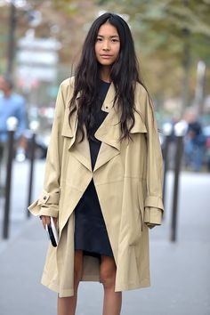 Street Style Approved Trench Coats for Spring – Fond / Of Looks Street Style, Looks Style, Mode Outfits, Fashion Outfits, Fashion Skirts, Hijab Fashion, Vogue, Raincoats For Women, Mode Inspiration