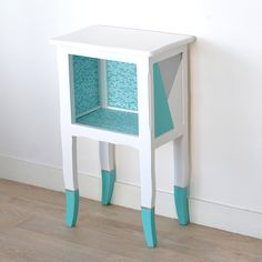 Table d'appoint ethnique, chevron et triangle turquoise Bedside Tables, Nightstand, Decoration, Painted Furniture, Turquoise, Rustic, Home Decor, Yurts, Mesas