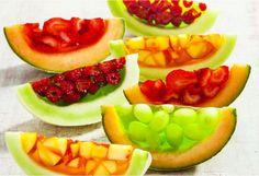 Το πεπόνι, το αντίπαλον δέος του καρπουζιού είναι μια από τις αγαπημένες επιλογές φρούτων μικρών και μεγάλων. Το καλοκαίρι, τα γλυκά έχουν ως βασικό