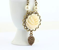Vintage Style Cream Flower Necklace