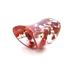 Anillo extra ancho de resina con flores rojo bebé de respiración. Banda roja anillo, declaración, cóctel anillo, nudillo. Resina de eco. Resina de bio