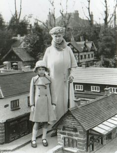 HM Queen Mary with Princess Elizabeth of York, Bekonscot Model Village and Railway. Queen Mary was a collector of dollhouse miniatures. Elizabeth Of York, Princess Elizabeth, Princess Margaret, Queen Elizabeth Ii, Hm The Queen, Her Majesty The Queen, Queen Mary, Casa Real, Royal Life