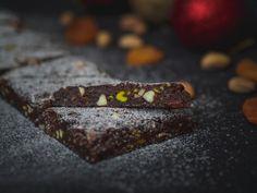 Perník plný ořechů a sušeného ovoce, které můžete měnit podle vaší chuti, je neoddělitelnou součástí Vánoc hlavně v Itálii. Zkuste si ho doma i vy. Vydrží i několik týdnů zabalený ve fólii, ale můžete ho nechat klidně odpočívat v chladu v krabici a potom nechat při pokojové teplotě povolit, aniž bys Siena, Desserts, Tailgate Desserts, Deserts, Postres, Dessert, Plated Desserts