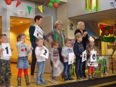 Nicole en Liny mochten een cheque in ontvangst nemen van de Kerneel in Nederweert. Wij kregen de helft van de opbrengst van de kerstmarkten en de andere helft was voor de ouderraad. Wij waren superblij om deze te mogen ontvangen. Zo mooi dat alle 290 leerlingen hierbij aanwezig waren. Hier kunnen wij weer een mooi aantal bezoeken van doen! #dankbaar