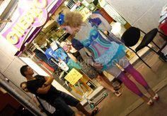 Vestit de maquillatge: body-painting en directe al carrer Doctor Reig.