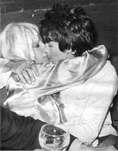 Anita Pallenberg e Keith Richards. @MyrnaGioconda