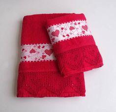 Pronta entrega. Também na cor: magenta.  JOGO DE TOALHAS (Dohler) com : 1 TOALHA DE BANHO (70 X 140 cm) e 1 TOALHA DE ROSTO (50 X 80 cm) com barrado de crochê (9 cm).   O desenho de corações já vem com a toalha, não é ponto cruz.   Repare que no crochê também formam desenhos de corações.   Ótimo opção para presentear quem você ama !  R$ 60,00 Soft Towels, Guest Towels, Hand Towels, Bathroom Towels, Kitchen Towels, Towel Dress, Decorative Towels, Quilted Table Runners, Homemade Gifts