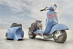 O alemão Marek Nachlik, já famoso nestas lides de transformar motos, fabricou esta scooter híbrida, com base numa Vespa Sprint Veloce, mas dotada de um motor proveniente de uma Husqvarna WR360. O resultado está à vista!