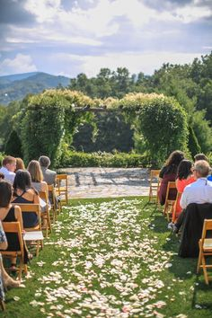 The Sawyer Family Farmstead is a once in a lifetime backdrop for your special day overlooking the Blue Ridge Mountains.  Photography: Blue Bend Photography